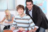 Leerkrachten helpen leerlingen — Stockfoto