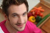 Jonge man voorbereiding van een gezonde maaltijd te eten — Stockfoto