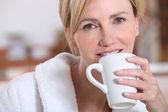 Mulher bebendo uma xícara de chá — Foto Stock
