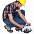 Mkneeling to use circular saw — Foto Stock #8174678