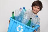 ребенок утилизации пластиковых бутылок — Стоковое фото