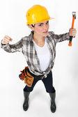 Weibliche bauarbeiter in einer kämpferischen haltung. — Stockfoto