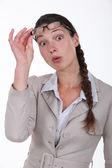 Mujer sorprendida quitarse sus gafas — Foto de Stock