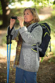 Woman is contemplating landscapes with binoculars — Stockfoto