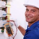electricista comprobando una caja de fusibles — Foto de Stock