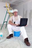 休息一会的画家要使用他的笔记本电脑 — 图库照片