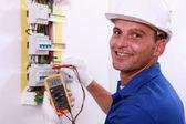 électricien en cochant une case de fusible — Photo