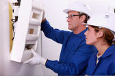 Eletricista e medidor elétrico de montagem de aprendiz — Foto Stock