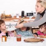 Дети, имеющие завтрак у себя дома — Стоковое фото