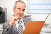 Reclutatore leggendo la domanda di lavoro — Foto Stock