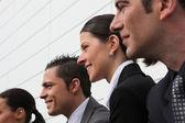 Linha de executivos a sorrir — Foto Stock