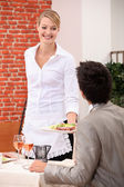 Waitress handing meal to customer — Stockfoto