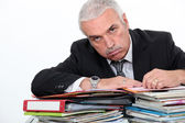 Man leaning on paperwork — Stockfoto