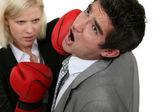 金发碧眼的女商人拳击一位同事 — 图库照片