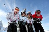 Groep tieners skiën — Stockfoto