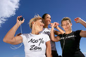 Três mulheres, ouvindo música no mp3 player — Fotografia Stock