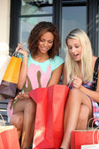Chicas extasiadas después de frenesí de compras — Foto de Stock