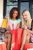 Kızlar alışveriş çılgınlığı sonra kendinden geçmiş — Stok fotoğraf
