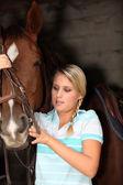 Jonge blonde met paard — Stockfoto