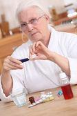 Vecchia signora prendendo farmaci — Foto Stock