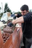 Maçon coulage ciment sur mur — Photo