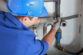 Plombier installation de tuyaux — Photo