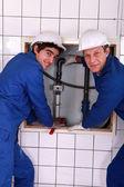 水管工与年轻徒弟 — 图库照片