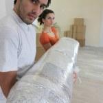 Пара переноски большой ковер — Стоковое фото