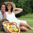 A cute couple having a vegetarian picnic. — Stock Photo