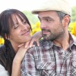 Couple stood in field of flowers — Stock Photo