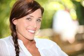 Bir parkta gülümseyen kadın — Stok fotoğraf