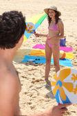 Paar spelen op het strand — Stockfoto
