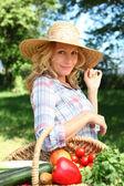 一顶草帽和篮蔬菜的女人. — 图库照片