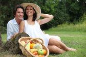 ベジタリアンのピクニックを持っているかわいいカップル. — ストック写真