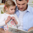 Father reading a story to his daughter — Stockfoto