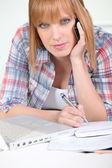 Telefonu bir kadın not yazma — Stok fotoğraf