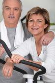 Pár spolu cvičit v tělocvičně — Stock fotografie