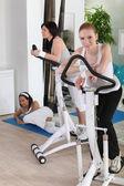 Women using stepper machine — Fotografia Stock