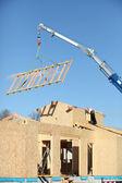 Grue de levage d'une structure en bois — Photo
