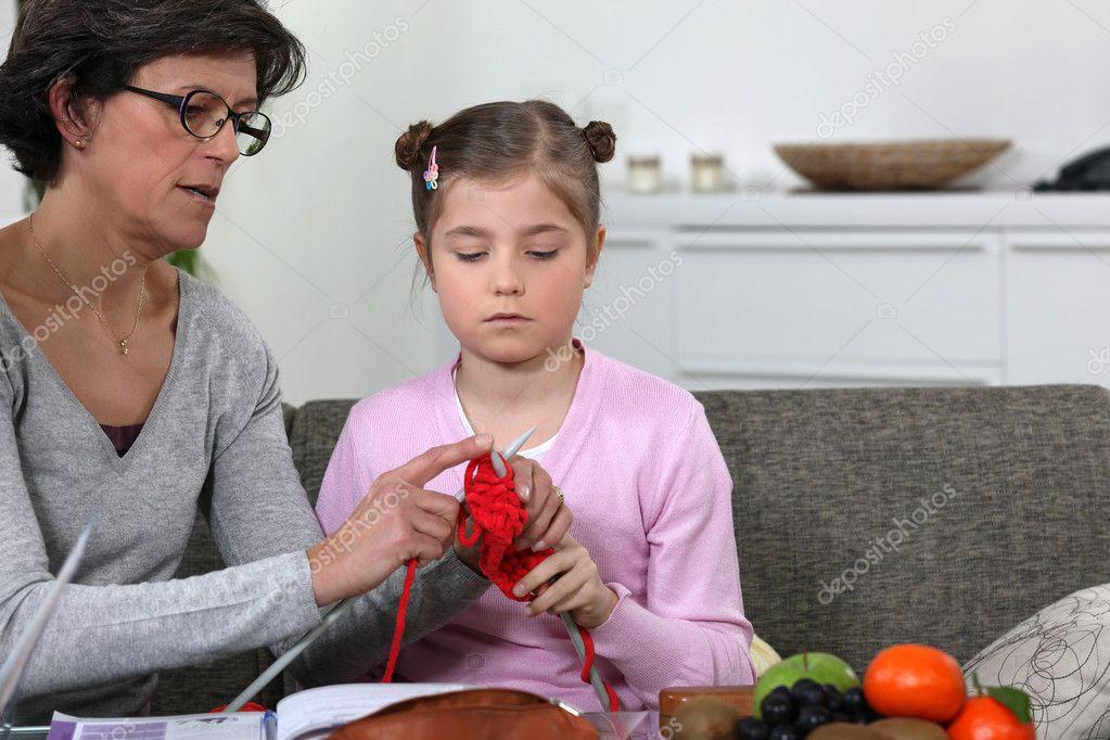 Как учит ребенка вязать