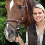 jonge vrouw met een paard — Stockfoto