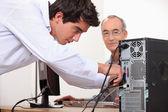 Homme fixant un ordinateur — Photo