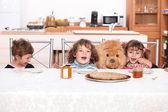 Young children eating crepes — Stock Photo