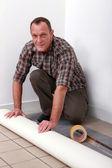 řemeslník uvedení nový koberec — Stock fotografie