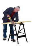 木匠锯木头 — 图库照片
