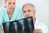 Médico y enfermera examina un caso — Foto de Stock
