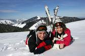 Mladý pár, kterým se ve sněhu — Stock fotografie