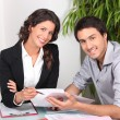 Businesswoman discussing a contract with her client — Stockfoto