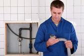 Kvalifikovaný dělník nahrazení vadného potrubí — Stock fotografie