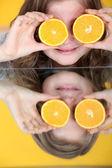 Küçük kız bir portakal ile oynama — Stok fotoğraf